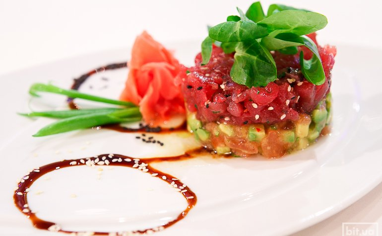 Тартар из тунца и авокадо с томатами конкассе — 395 грн