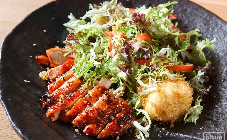 Пекинский салат с курицей и яйцом тонкацу — 128 грн