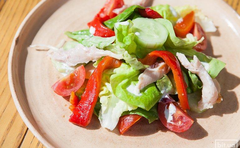 Салат с копченой курицей и овощами, 85 грн.