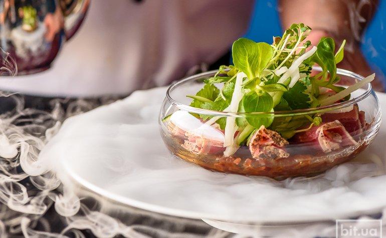 Тунец yellow fin на соево-луковом дрессинге с маш-салатом — 320 грн