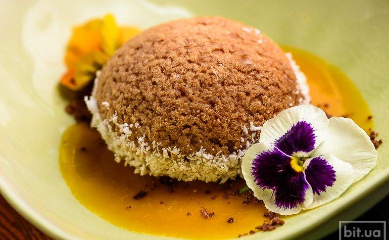 Шу с кокосовым кремом и соусом манго-маракуйя — 145 грн